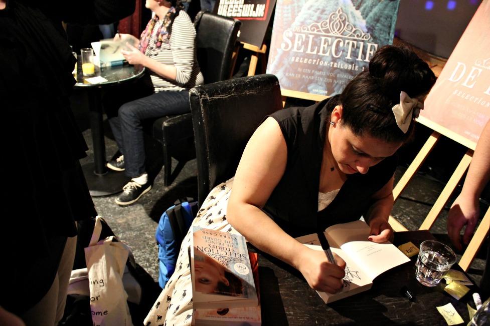 Kiera die mijn boeken aan het signeren is