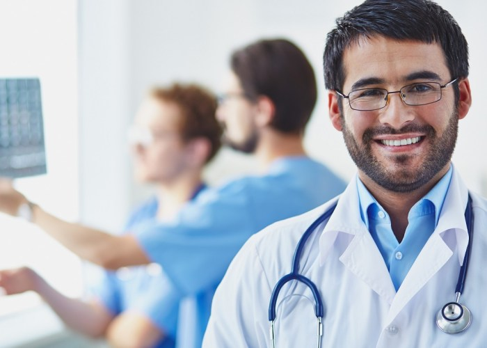 Médico sorridente