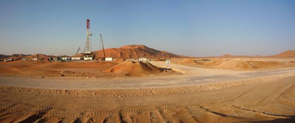 Oil drilling in a desert. Image credit Foxoildrilling.com