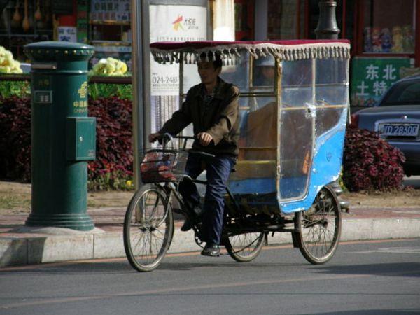 A rickshaw. Image credit MediaWiki