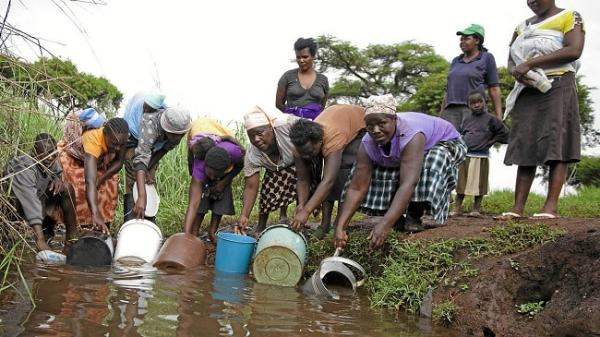 People fetching contaminated water. Image credit mg.co.za