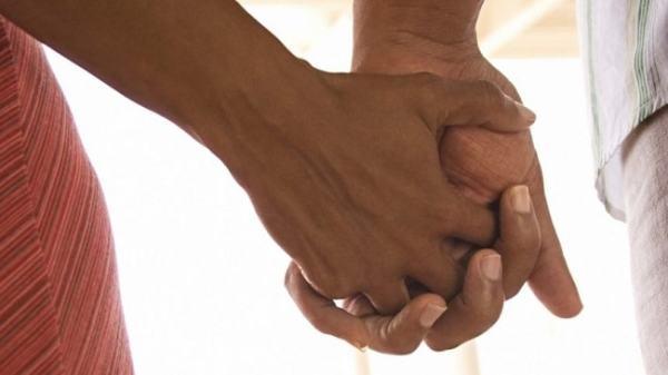 Couple holding hands. Image credit neguswhoread.com