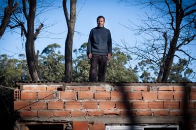 Jorge acudió al llamado de su vecina. El techo se le había volado por completo. En medio del viento y la lluvia, clavó las chapas que otro vecino le prestó. [Villa Evita]