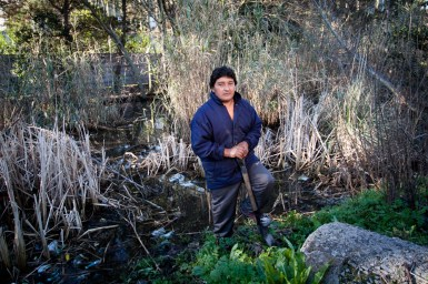 Juan se encargó de hacer una canaleta para que el agua acumulada escurriera. La basura y los desechos de la fábrica Materia, lindera al barrio, obstruían los desagües. [Villa Evita]