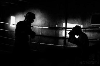 Luis Lazarte, boxeador profesional argentino de 44 años de edad (derecha), realiza una pelea de entrenamiento contra otro boxeador que pertenece a una categoría de mayor peso y estatura que él. Lazarte, debe prepararse físicamente para su segunda pelea tras haber estado suspendido y fuera de actividad competitiva durante dos años, Mar del Plata, Provincia de Bs. As., Argentina. (©Pablo Barrera)