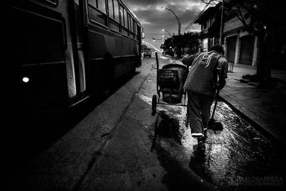 En menos de 48hs de haber realizado una pelea, Luis Lazarte, concurre a su labor diaria con total normalidad, Ciudad de Mar del Plata, Argentina. (©Pablo Barrera)
