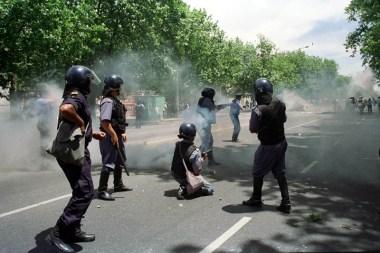 MARDEL 20/12/01 DISTURBIOS EN LURO Y SAN JUAN. FOTO: FABIÁN GASTIARENA