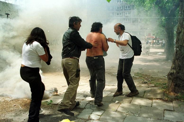 MARDEL 20/12/01 DISTURBIOS EN LURO Y SAN JUAN.HERIDO DE BALA DE GOMA FOTO: FABIÁN GASTIARENA