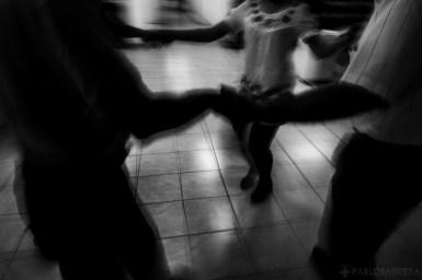 Un grupo de ciegos junto a la profesora de tango Ibel Villareal realizan un ejercicio de estiramiento luego de una clase de danza Tango en la Biblioteca Parlante de la Ciudad de Mar del Plata, Argentina. (©Pablo Barrera)