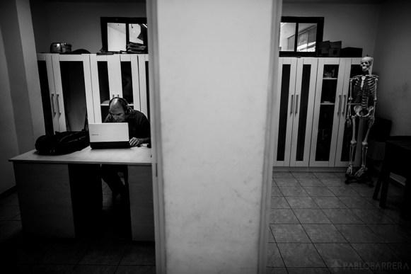 Santiago Durán, socio ciego de la Biblioteca, se encuentra en plena escucha de un audiolibro en una de las aulas que posee la Biblioteca Parlante de la Ciudad de Mar del Plata, Provincia de Buenos Aires, Argentina.(©Pablo Barrera)