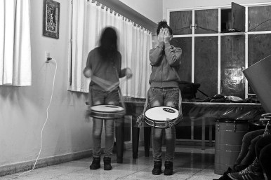 Mica. Libertad. Taller de percusión. Decenas de niños, niñas, jóvenes, adultos y adultos mayores. Metiendo ritmo. En diferentes instituciones. Antes.