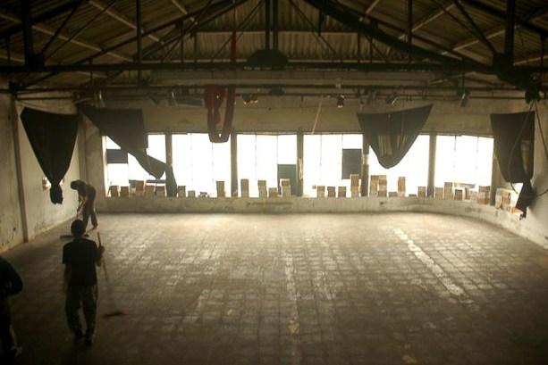 """Jornada de colocación de los cerámicos donados por la fábrica recuperada FaSinPat (exZanon), en el piso de """"El Palomar""""."""