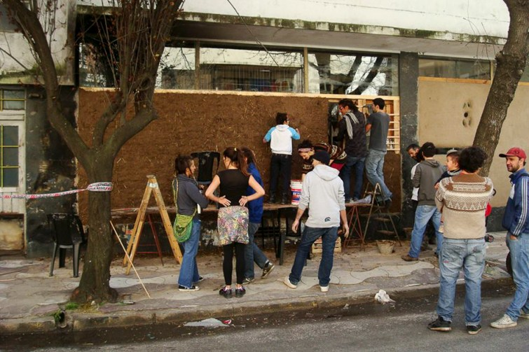Después de 8 años de estar tapiada con publicidad, miembros del América Libre y de la Cooperativa Caminantes, construyeron una pared de barro sobre el lateral de la calle XX de Septiembre.