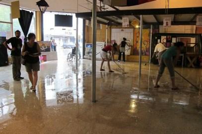 Una de las habituales jornada colectivas de limpieza del Centro Cultural.