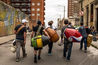 Arribo a Uruguay. Manoahi Candombe fue la primera comparsa de Mar del Plata en tocar por las calles de Montevideo en la Llamada de Patrimonio.