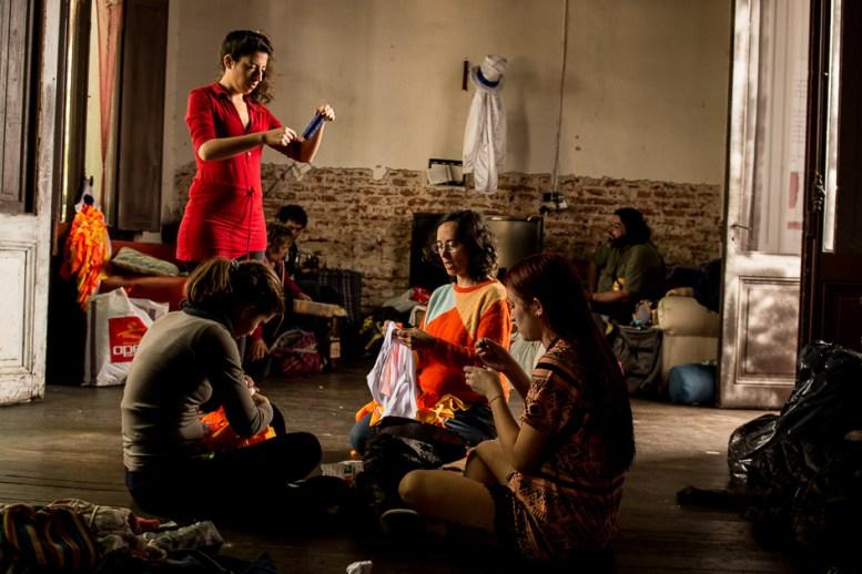 Cada comparsa se encarga de su vestuario. Tanto bailarinas como tamboreros cuentan con su propia indumentaria.