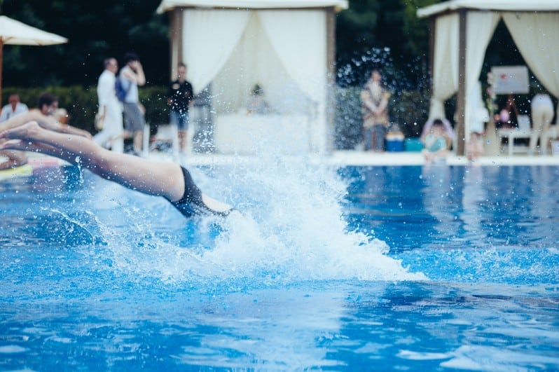 Moment demonstrativ instructori inot pentru piscina olimpica