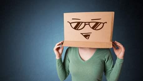 O Ministério da Saúde adverte: fingir que é feliz pode causar tristeza profunda