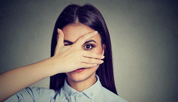 30 coisas nojentas que as mulheres fazem, mas não admitem