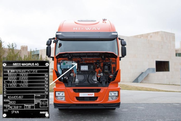 Placa fabricante en el frente Iveco Stralis