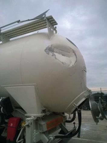 Semiremolque cisterna dañado.