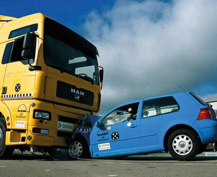 Ensayo entre camión y vehículo (foto: DEKRA)