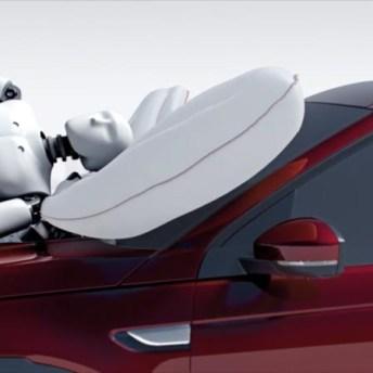 Capó activo mediante la elevación del capó y airbag bajo capó. Fuente: DPC Cars
