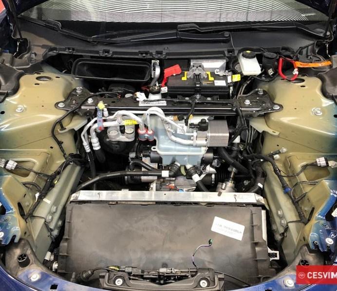 Bajo el capo del Model 3 las cajas de radiadores, el sistema de frenos y la batería de 12V