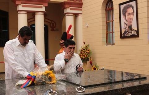 635014116678545104m e1365826735871 Maradona visita cuartel que alberga restos de Chávez y pide votar por Maduro Venezuela Nicolás Maduro Henrique Capriles Diego Maradona