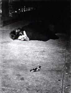 el-revolver-sigue-apuntando-al-muerto-boca-abajo-en-la-acera-1940-c2a9-weegee-getty-images