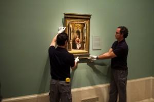 Momento del colgado de la Virgen de la leche de Berruguete en la sala 57 B del Edificio Villanueva del Museo del Prado