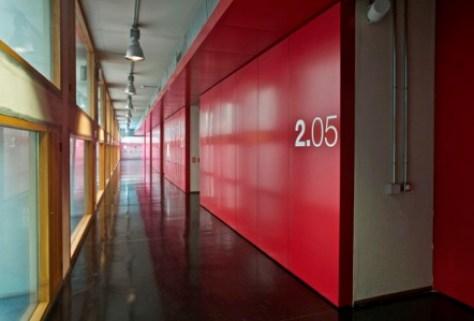 Pasillo de los depósitos rojo. Archivo Regional de Madrid (Complejo del Águila)