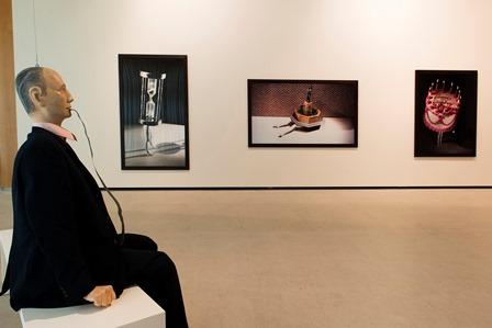 Al frente, Hans, de Schinwald. Al fondo, Laurie Simmons, Fotos. Colección Goetz. Sala de Arte Santander