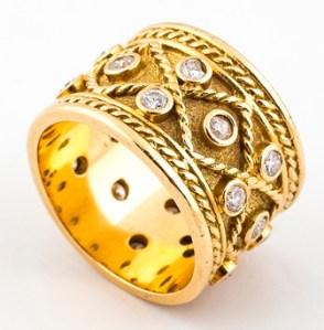 Sortija fda. YANES oro y brillantes: 800 €