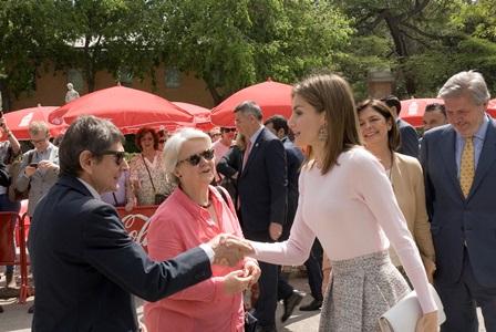 Doña Letizia con director y presidenta de la FLM