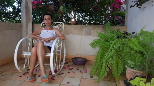 Omara Ruiz Urquiola en su casa tras su despido del Instituto Superior de Diseño de La Habana/ Foto: Abraham Jiménez Enoa.