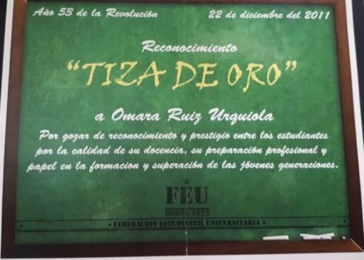 Reconocimiento Tiza de Oro 2011, otorgado por sus estudiantes a Omara Ruiz Urquiola/ Foto: Cortesía de la entrevistada.