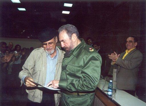 Roberto Fernández Retamar junto a Fidel Castro. A un lado, Gabriel García Márquez