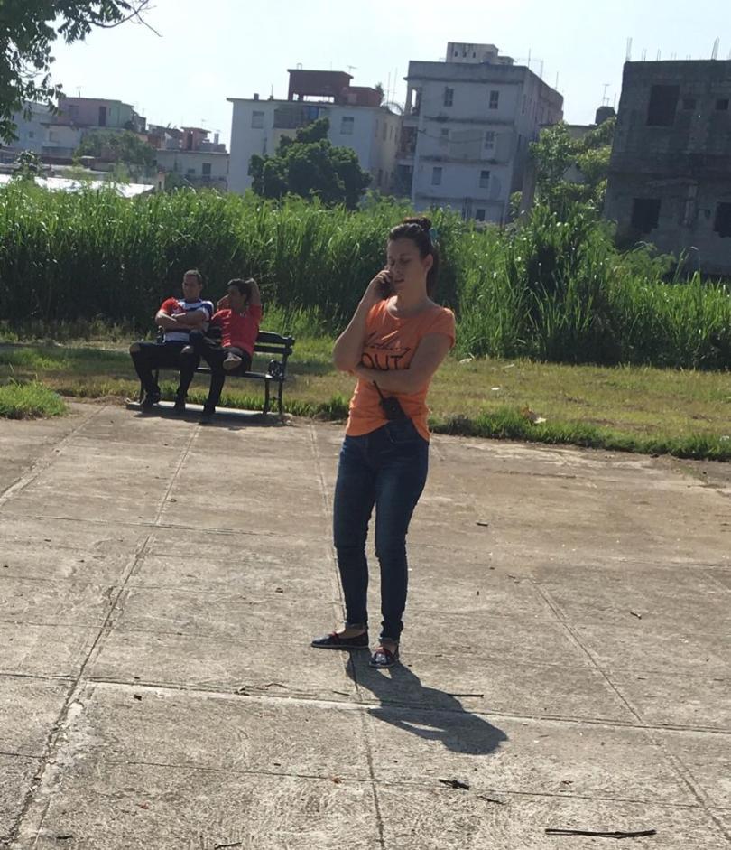 Protesta pacífica contra cierre de SNet. Parque de las Comunicaciones, La Habana. 10 de agosto de 2019/ Agente de Seguridad habla por celular, mientras enseña walkie-talkie en la cintura