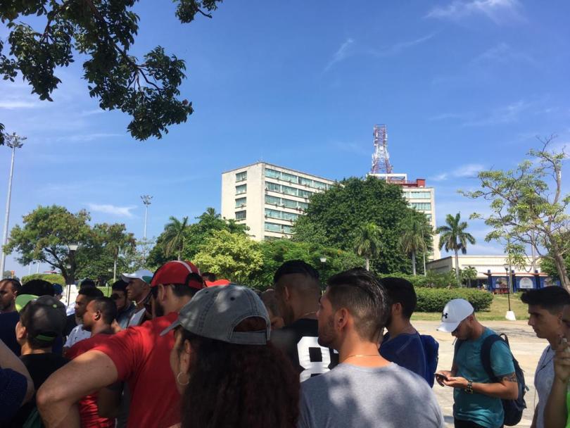 Protesta pacífica contra cierre de SNet. Parque de las Comunicaciones, La Habana. Al fondo: MINCOM. 10 de agosto de 2019/ Foto: Darío Alejandro Alemán.