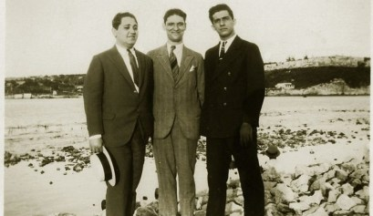 """""""Lezama a mediados de los años 30. En el extremo contrario al escritor, con un jipi en la mano, Emilio Rodríguez Correa. Al centro, el abogado Arturo Galletti Cabot."""""""