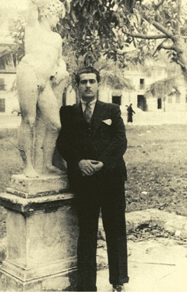 Lezama c. 1935, recostado a una estatua de Apolo en los jardines del Anfiteatro de La Habana.
