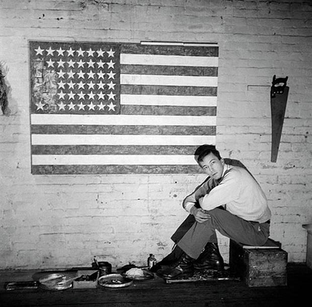 Jasper Johns en 1955 en su estudio de Pearl Street. Fotografía Robert Rauschenberg.