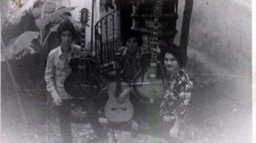 03. Pepino (extrema izquierda) con otros músicos en casa del guitarrista Chicoy. 1978. Imagen tomada de Facebook.