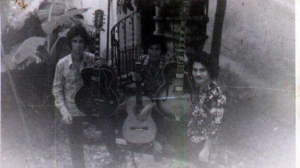 03.Pepino (extrema izquierda) con otros músicos en casa del guitarrista Chicoy. 1978. Imagen tomada de Facebook.