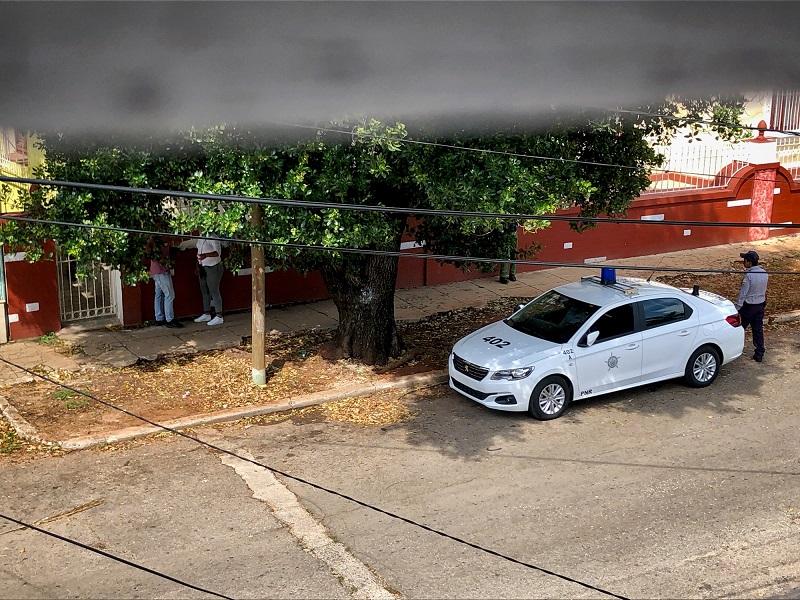 Policía de guardia frente al domicilio de Mónica Baró / Foto: Cortesía de la autora