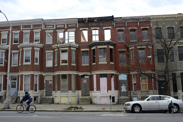 Una calle en West Baltimore. Foto de Stephen Melkisethian, tomada de Flickr/Commons.