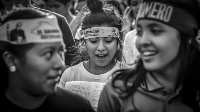 Estudiantes de la Escuela Parroquial San Francisco de Asís, de San Salvador, cantan alabanzas durante el recorrido de la Procesión de La Luz . Casi un año ha pasado de la Beatificación del Arzobispo Martir y los templos católicos ya han apartado lugar para la veneración del mismo.
