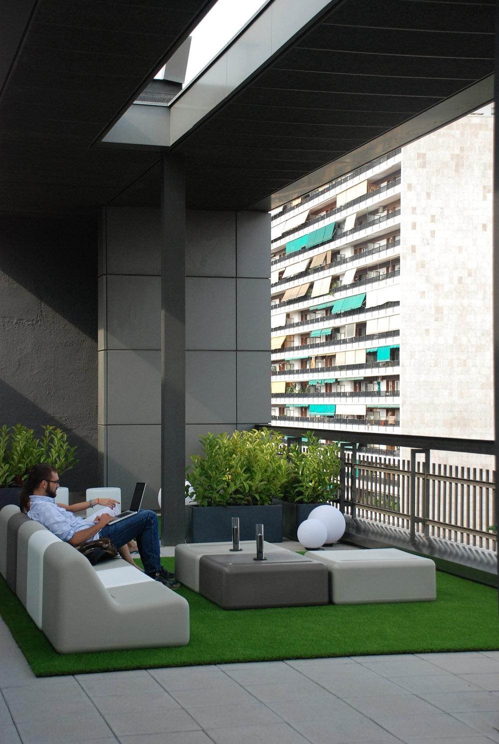 Slvia Alfaras disea la terraza lounge de las oficinas