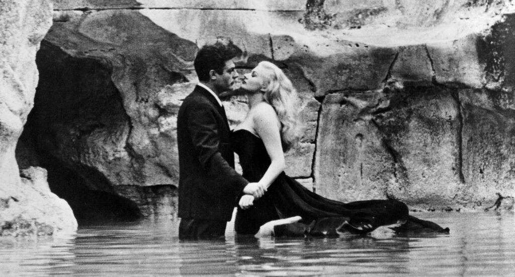 Anita Ekberg y Marcello Mastroianni en la conocida escena de La dolce vita